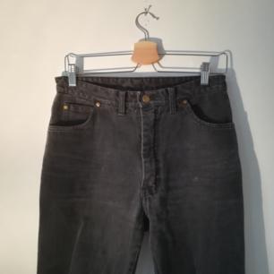 Vintage-jeans storlek 40. Funkar för en 38 om man vill ha dem oversize också. Är rätt slitna, därav priset. Men de är supersköna och snygga med ett skärp.