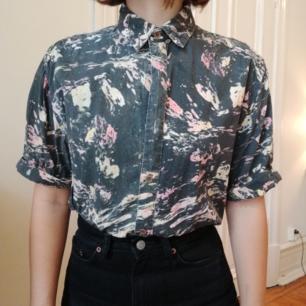 Snygg kortärmad retro skjorta med svart/rosa/gult mönster. Påminner om en oljemålning typ. Den är trippy och nice iaf. Ser ut som att det fattas knappar på bilderna, men det gör det inte. Orkade bara inte knäppa hela vägen 😅