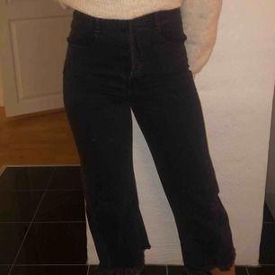 Högmidjade Jeans från Zara i en svart tvätt. Fraktar!