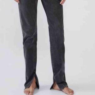 Nya jeans med slits från Zara endast använda en gång så lapparna är tyvärr inte kvar🙄 Säljer på grund av inte min stil🥰 Frakt ligger på ca 50kr!!