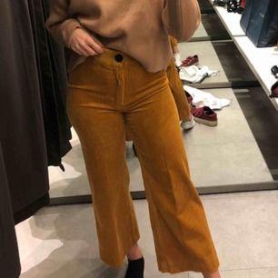 Super snygga beiga manchesterbyxor från Zara! Första bilden är dessa byxor fast i annan färg, men bilden visar passformen väldigt bra! Fraktar :)
