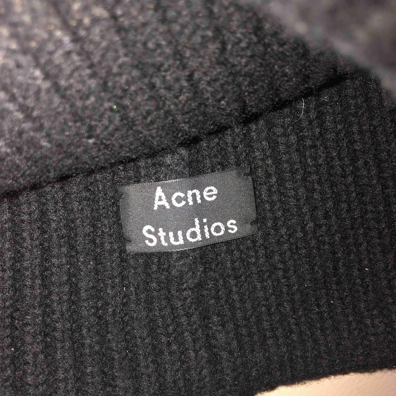 Acne studios mössa, knappt använd, bud från 850,. Accessoarer.