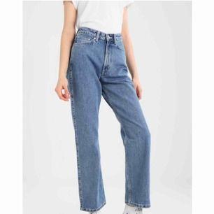 Weekday Row jeans! Storlek 26/Längd 30. Världens snyggaste jeans som tyvärr är fel storlek för mig. Hög midja med lösa raka ben. Bara använda några gånger  Nyskick!! 🌟 Säljer även ett par svarta!!!