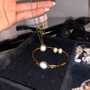 Säljer detta smyckes set från Marc Jacobs! Nypris för allt ligger på runt 1700kr. Säljes då det inte kommer till användning längre !! Kan köpas en o en! 150 för armbandet, 300 för halsbandet & 300 för örhängena.  Köparen står för frakt!💓💓