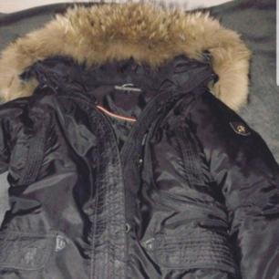 Säljer en äkta Hollister jacka endast testad då det var fel storlek