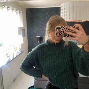 Säljer denhär superpopulära tröjan från H&M i storlek XS. Den är inte så mycke använd och i en blåaktig färg. Köparen står för frakten annars finns jag i Uppsala :)
