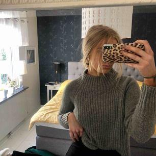 Superdupermysig tröja från Lindex. Stickad och med halvpolo och grå. Mjuk i tyget. Supermysig till hösten! :) SÅLD