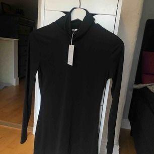 Helt ny klänning med krage från nelly, prislapp kvar