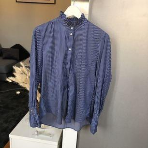 Skjorta med hög krage och utsvängda ärmar från Mango. Använd vid fåtal tillfällen