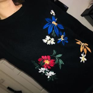 Stickad tröja från Gina Tricot med broderade blommor