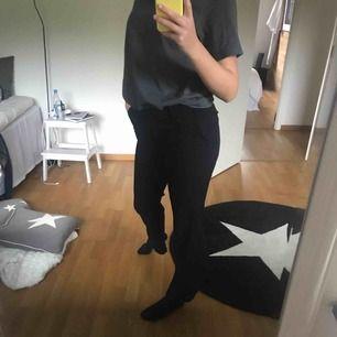 Svarta kostymbyxor från H&M. Storlek 36 men sitter som ett par S. Rätt raka i modellen vilket gör att de sitter tight vid rumpan och är lite utsvängda vid fötterna. Köparen står för frakt!