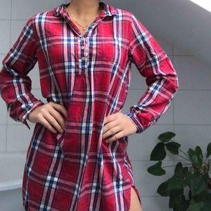 En oversized pyjamasskjorta som är så mysig till vintern! Nästan aldrig använd och kommer med en extra knapp ifall någon råkar ramla av.