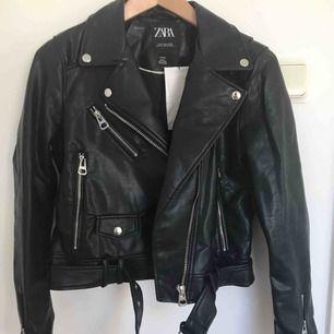 Faux skinn jacka, svart, storlek M (liten i storleken). Helt ny och aldrig använd. Köparen står för frakt. (Nypris 550 kr)