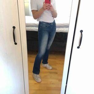 Stretchiga flare jeans från superdry. Köparen står för frakt.