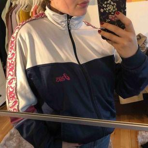 Jättecool tröja/tunnare jacka från oasis. Använd mycket men i väldigt bra skick! Jätteskön :) Passar mig i M oversized men är i storlek XL