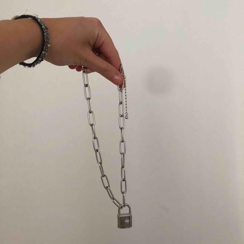 Silvrigt halsband (ej äkta) med ett lås på, från ASOS. Köparen står för frakt, men jag kan även mötas upp i Stockholm. 💗💖💞. Accessoarer.
