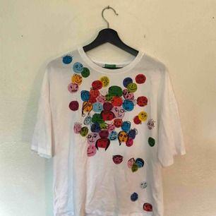 Säljer denna charmiga tshirten med ansikten på!❤️