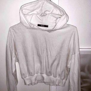 Vit lite croppad superskön hoodie från bikbok i gott skick.