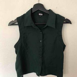 Säljer denna söta mörkgröna väst! Fin att ha öppen över ett linne, över en polotröja eller bara som den är!❤️