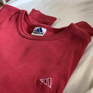 superfin röd tröja i toppskick från adidas!