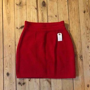 Röd stickad kjol i mycket fint skick. Köpt för 800kr. Aldrig använd.