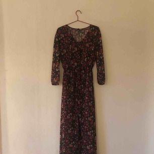 Blommig långklänning i fint skick. 100% polyester. Tunt tyg som man ser igenom. Passar fint till både kjol/klänning eller byxa undertill.