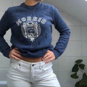 En blå tjocktröja från Morris! Ord. Pris är 1300kr och tröjan är knappt använd, så säljer för ett väldigt rimligt pris:D Tröjan funkar för både tjejer och killar!
