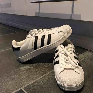 Jag säljer ett par fake adidas superstar skor som ser äkta ut. Helt oanvända.💕
