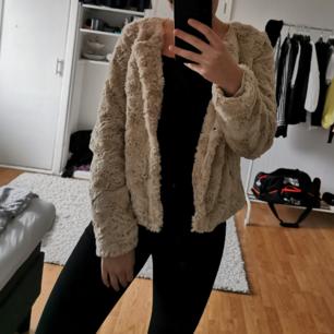 Säljer denna skit snygga, nya jacka från vero moda pga att jag har för många jackor. Köparen står för frakt.