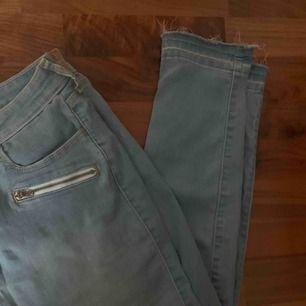 Snygga jeans ifrån hollister, inte använda. Snygga slitningar längst ner och skulle säga de passar nån med M/L.