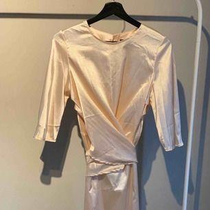 Sidenklänning oanvänd! Justerbara knytband i midjan, superfin
