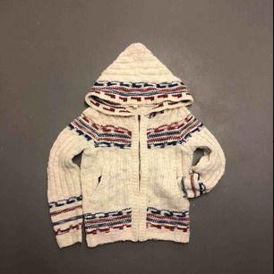 Mysig ulltröja med luva, dragkedja och fickor. Fint skick, knappt använd. Storlek Medium men passar till Small också.