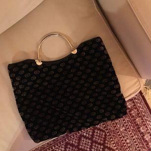 🖤mellanstor sammetsväska med guldhandtag i metall🖤 köparen står för frakt, 70 kr