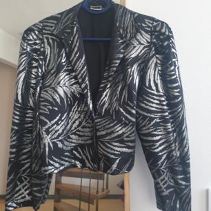 80 tals retro kort kavaj blus i silver/svart med puffiga armar i storlek s. kan skickas annars finns i Malmö ! :)