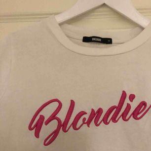 """Säljer en vit vanlig najs T-shirt med """"Blondie"""" tryck! Kommer inte till användning längre...:/ fraktar men köpare står för frakt! 💕"""