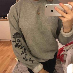 Jättesnygg & skön tröja från NAKD med detaljer på ärmarna. säljer pga för stor för mig. Använd fåtal gånger. Nypris:249kr. Jättefint skick❤️