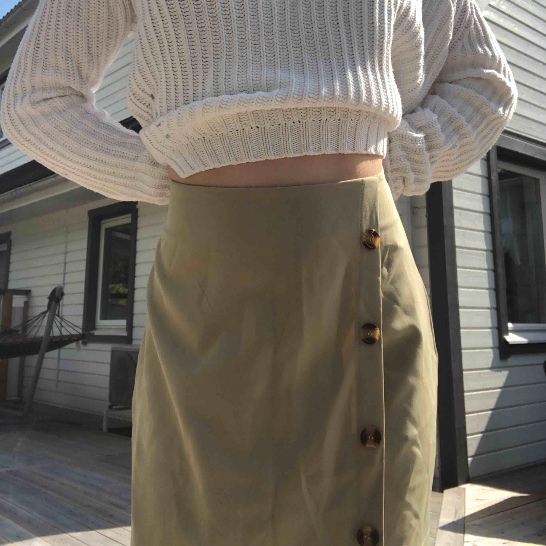 Helt oanvänd kjol från shein. Själv har jag storlek xs så den här är för stor. Frakt tillkommer💚. Kjolar.