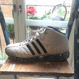 Dösnygga Adidas-sneakers i sportig ravetappning, bra stöd för fötterna och bekväma.
