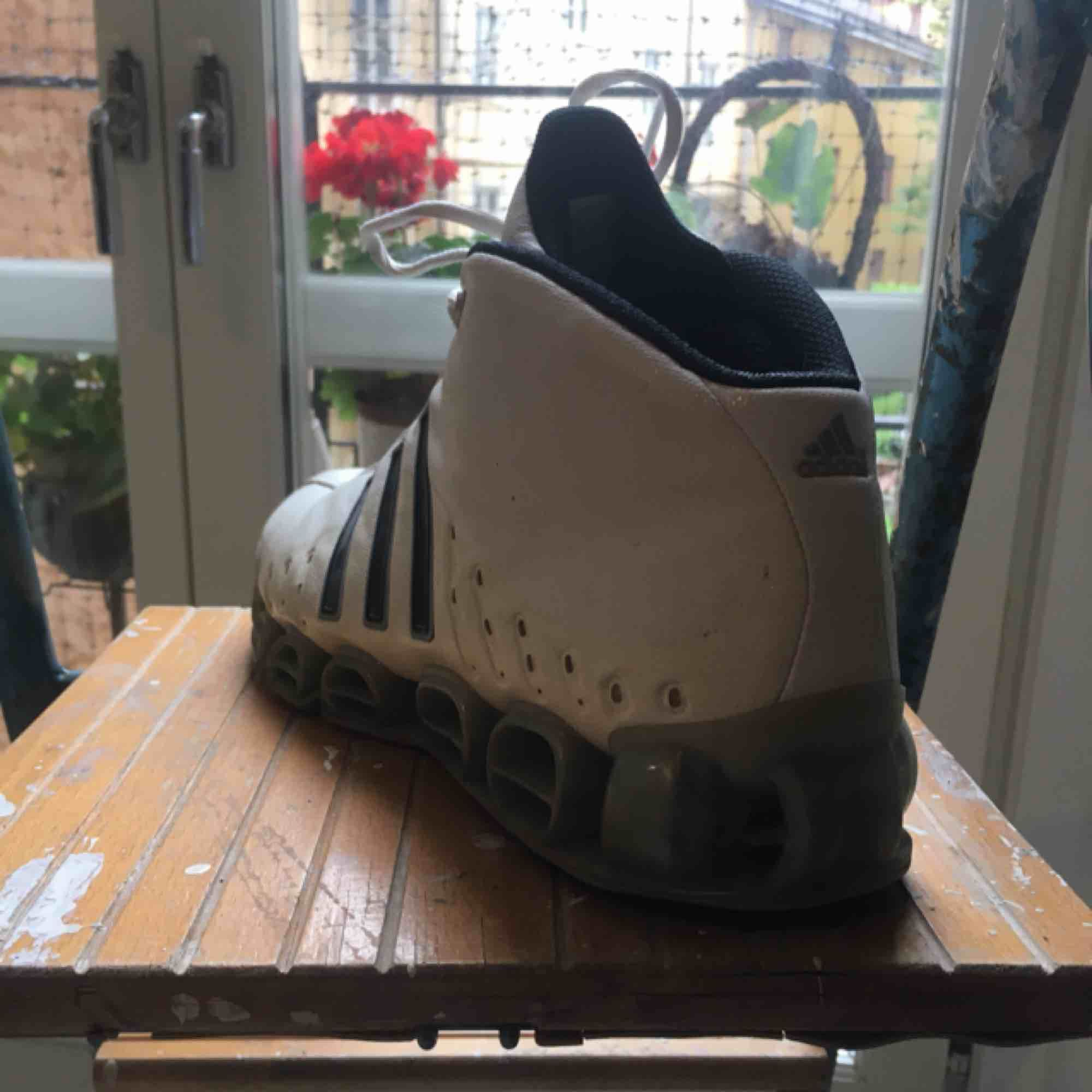 Dösnygga Adidas-sneakers i sportig ravetappning, bra stöd för fötterna och bekväma.. Skor.