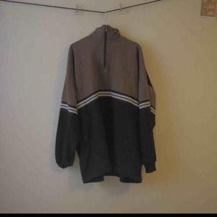 En Adidas-aktig sweatshirt med krage och dragkedja. Unik och fin färgkombination - håller dig dessutom varm i höst!