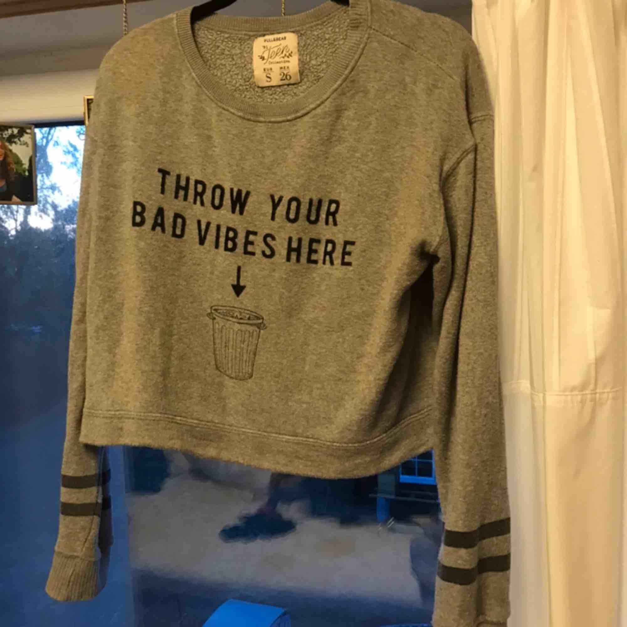 Kort sweater från pull and bear men finns inte som alternativ.... Huvtröjor & Träningströjor.
