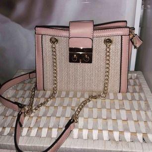 Fin väska med guldkedjor , aldrig använd.