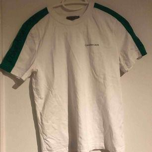 En as fin och as skön t-shirt med normal passform. Säljer pågrund av att den aldrig kommer till användning så är nästan som ny.