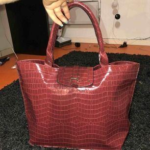 Snygg och rymlig väska! Skulle gissa på att de är läderimitation!!