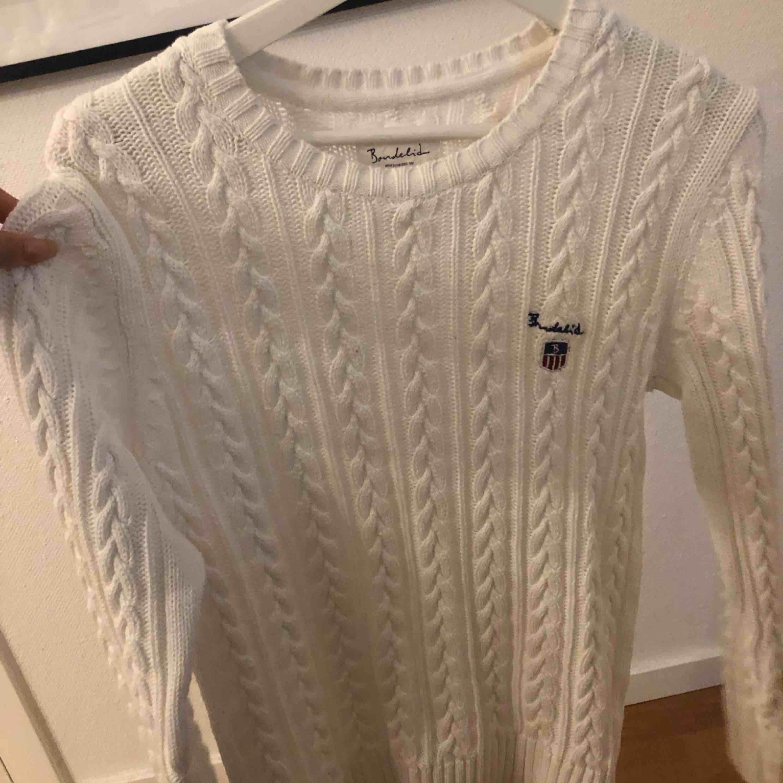 Stickad bondelid tröja som legat oanvänd alldeles för länge och söker nu en ny garderob. Köparen står för frakt. . Stickat.