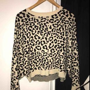 En tröja med leopardmönster från Ginatricot som är köpt för 399kr och är sparsamt använd så den är så gott som ny.