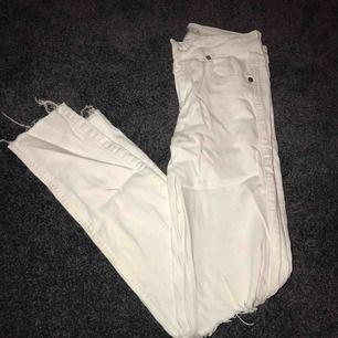 Vita jeans från ginatricot, har gjort ett eget hål på vänstra benet, annars är de som nya. De är köpta för 399kr