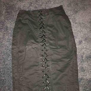 Svart kjol från Guess med en dragkedja på sidan och en snörning fram till. Den är aldrig använd och är köpt för ca 1200kr på Guess. Pris kan diskuteras