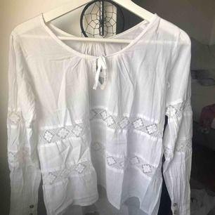 Denna vita blus är från märket fira och är köpt för ca 700kr och säljs för 200.