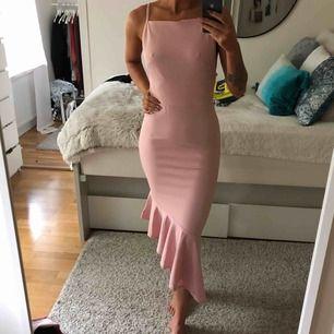Helt ny oanvänd jättefin klänning med volang nedtill från missguided.